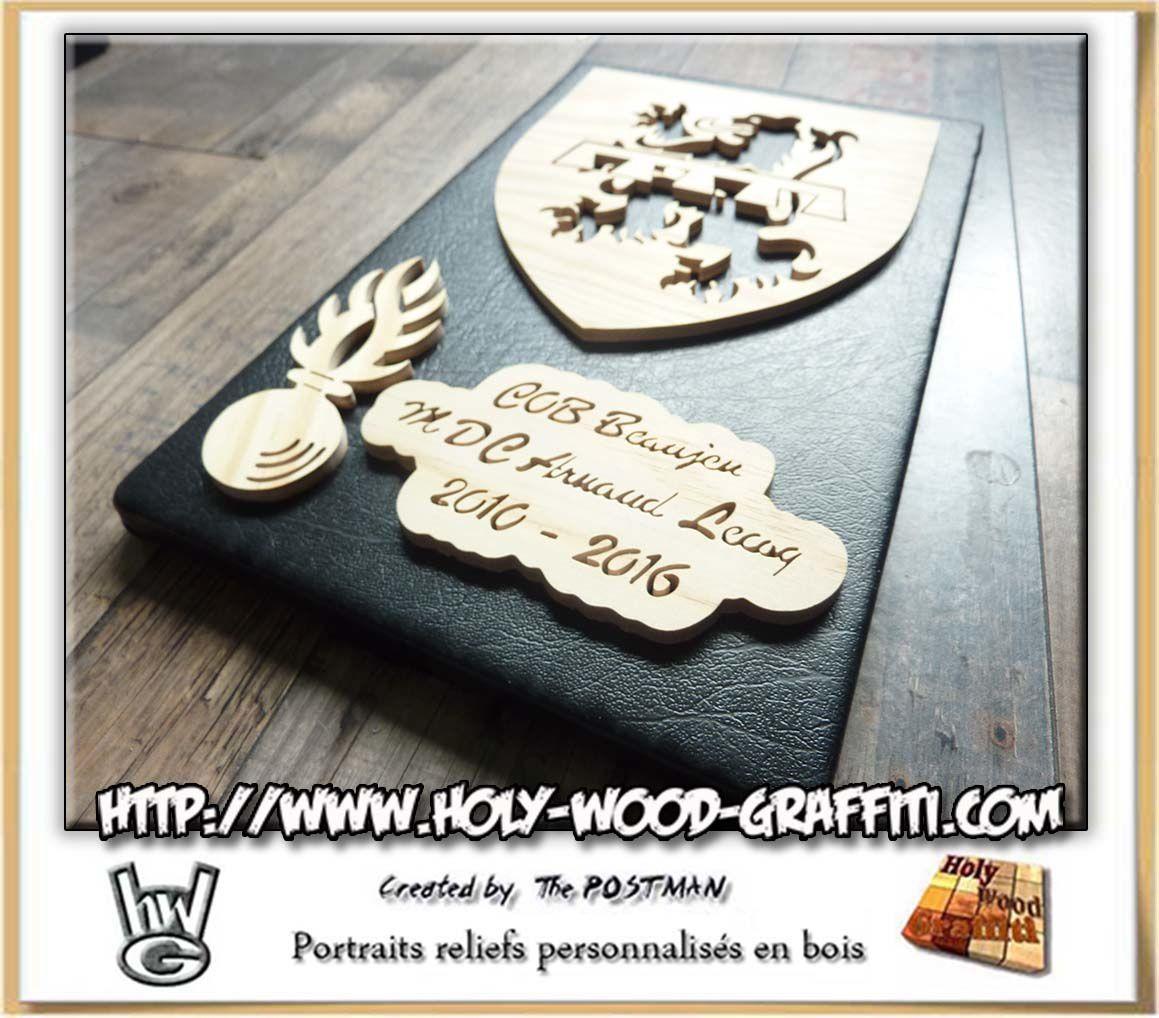 Tous les éléments en bois précedement découpés sont collés sur un fond en simili-cuir noir
