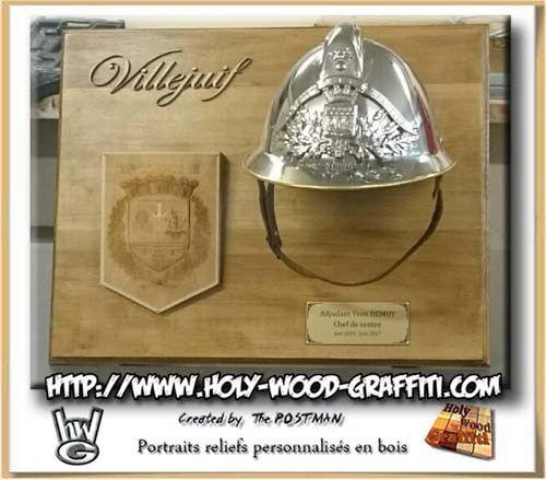 tableau avec ancien casque de pompier et logo par Holy Wood Graffiti