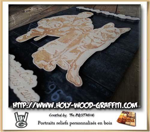 Les pièces de bois sont collés sur le fond du tableau en imitation vieille caisse de bois et se retrouve donc en relief.