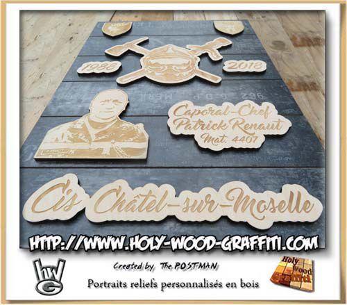 Les divers éléments de bois sont en relief sur le fond du tableau
