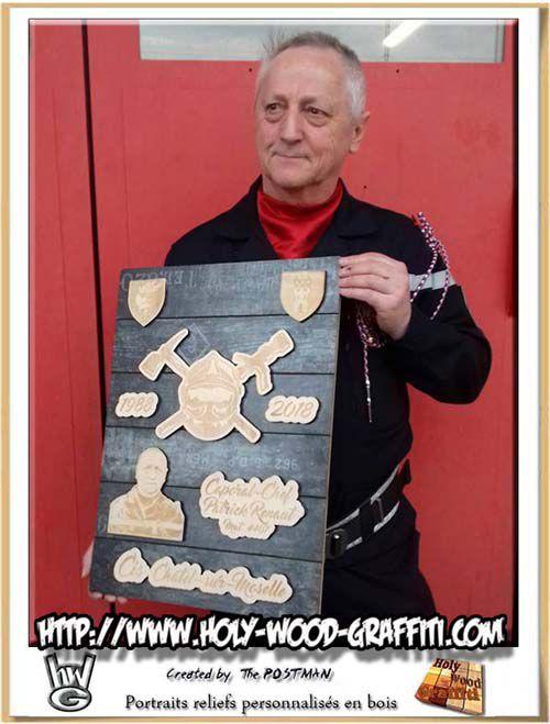 Le caporal-chef avec son trophée lors de son pot de départ en retraite