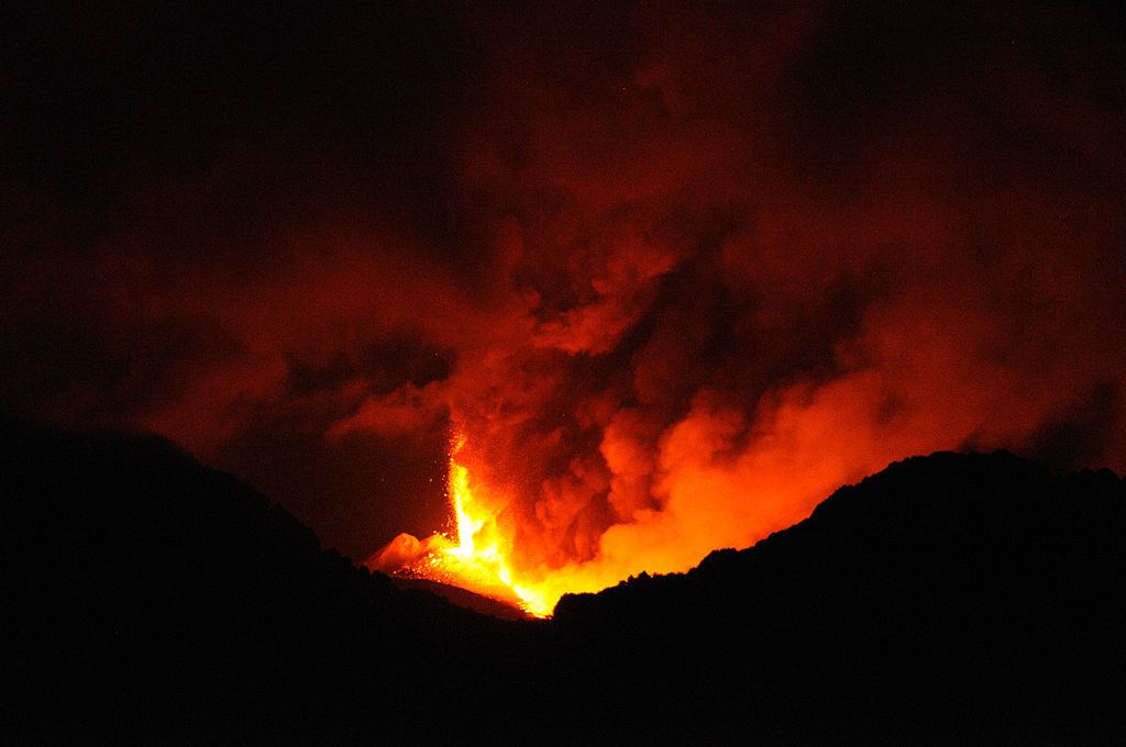 Par gnuckx — Etna Volcano Paroxysmal Eruption July 30 2011 - Creative Commons by gnuckx, CC BY 2.0, https://commons.wikimedia.org/w/index.php?curid=24524735