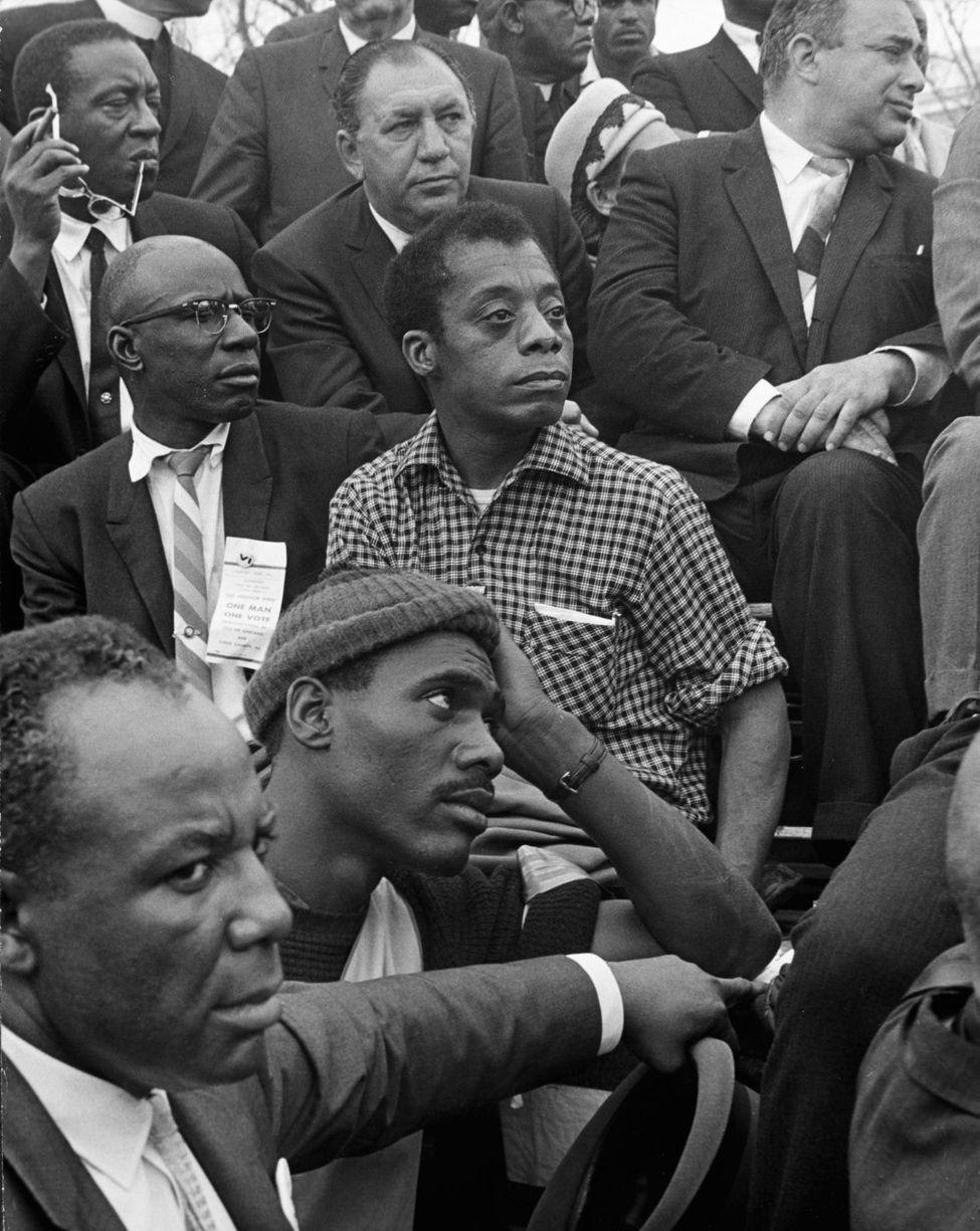 James Baldwin écoute le discours de Martin Luther King, le 25 mars 1965, lors de la troisième marche pour les droits civiques de Selma. Photo Morton Broffman/Getty Images