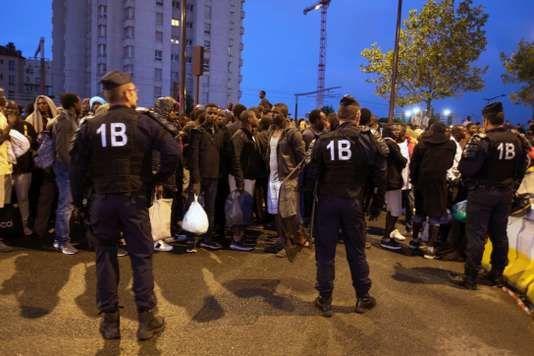 Une opération d'évacuation de campements de migrants, installés depuis plusieurs semaines porte de la Chapelle, dans le nord de Paris, le vendredi 18 août. Il s'agit de la 35e en deux ans dans la capitale, ont affirmé les préfectures de police de Paris et d'Ile-de-France dans un communiqué. Diane Grimonet pour Le Monde