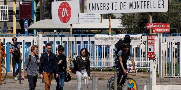 Des étudiants devant l'université de Montpellier. Photo d'illustration. (Reuters)