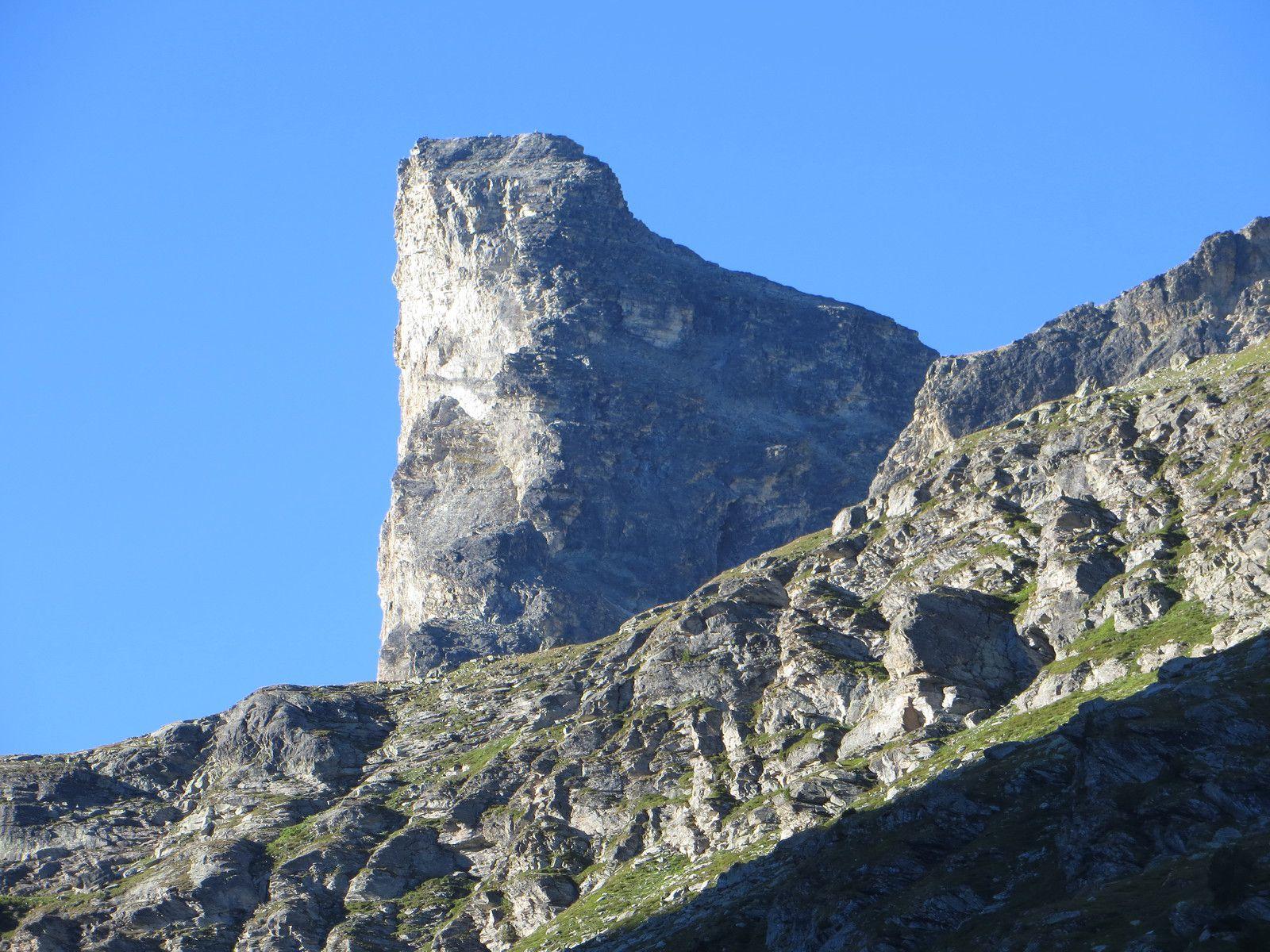 Zoom sur le Grand Bec d'Etache et les 300m de verticalité absolue de sa falaise