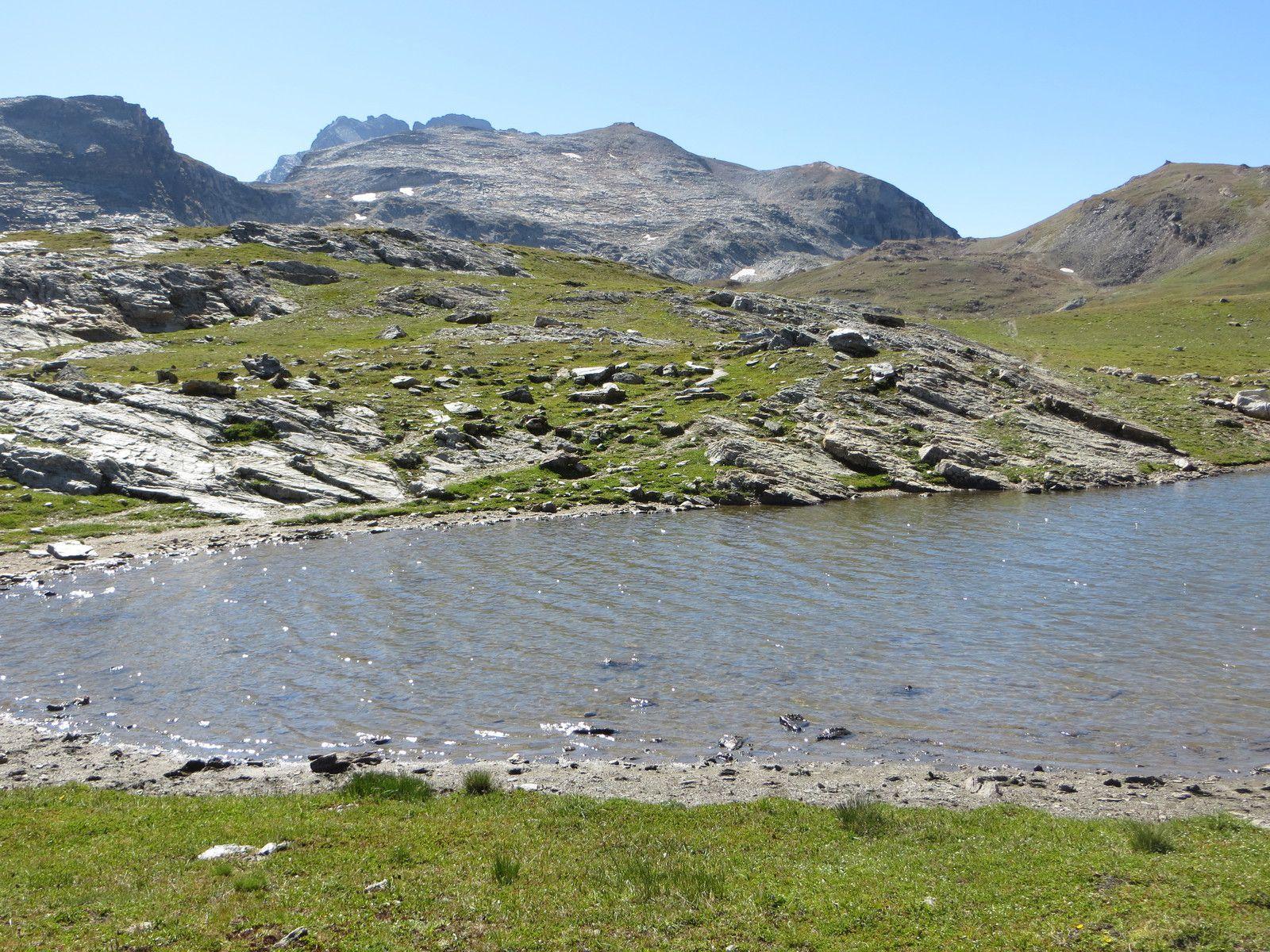 Le petit lac (sans nom) du plateau - au fond le Gros Peyron