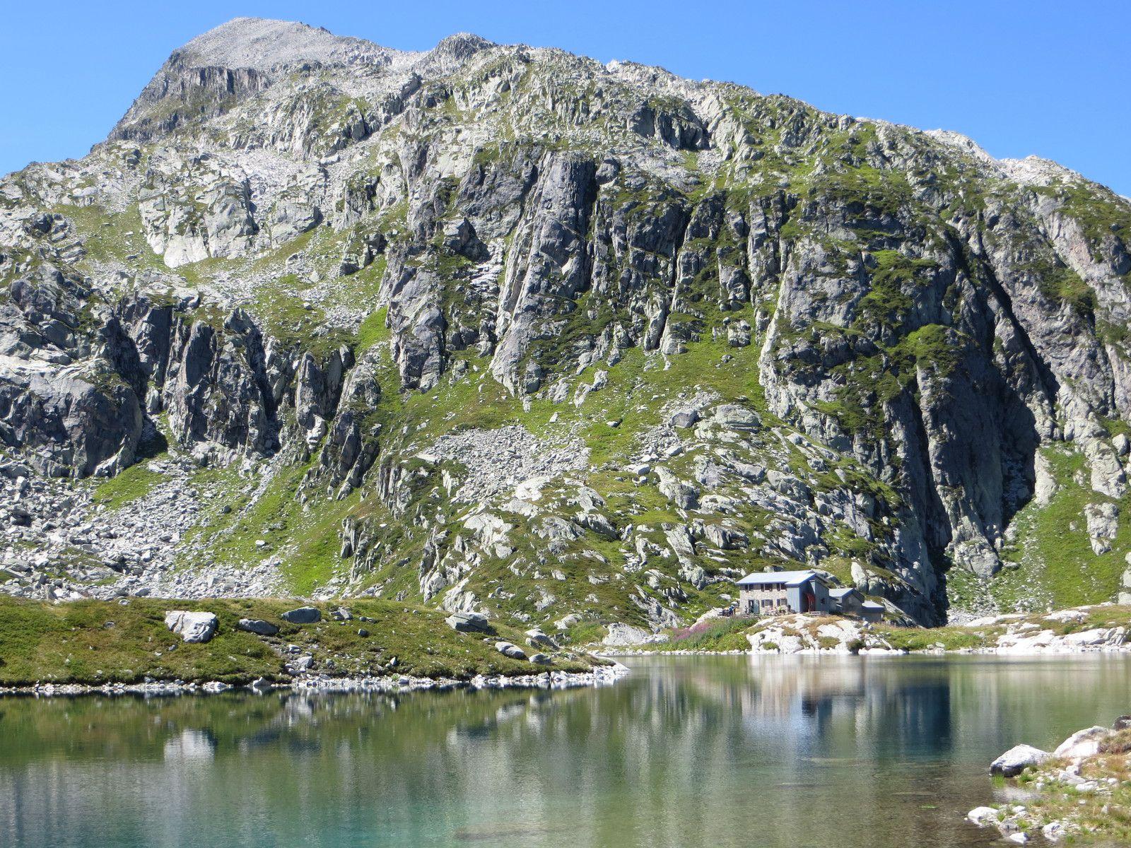 Le refuge des Sept Laux sous le Pic des Chabottes 2732m