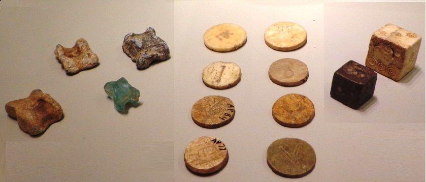 Pions, dés, osselets et plat montrant un enfant jouant au yoyo (5e siècle av. JC)