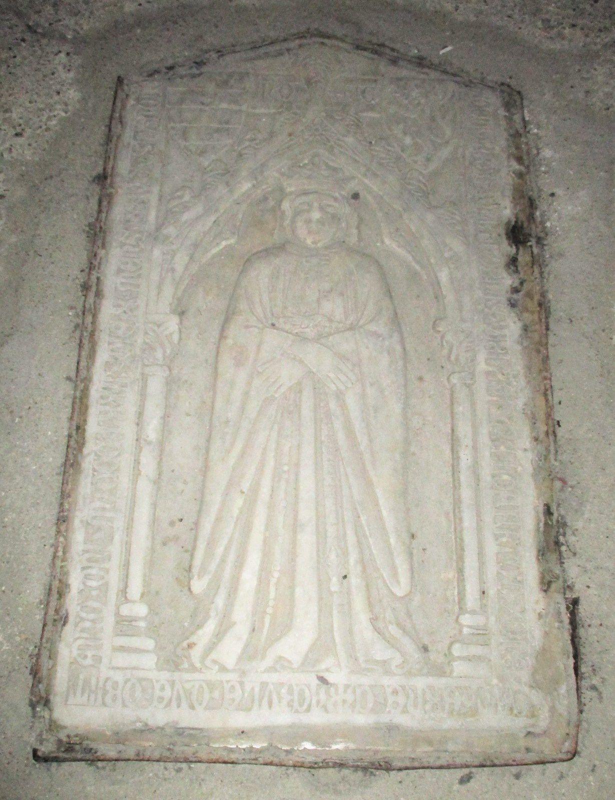 Pierre tombale au sol