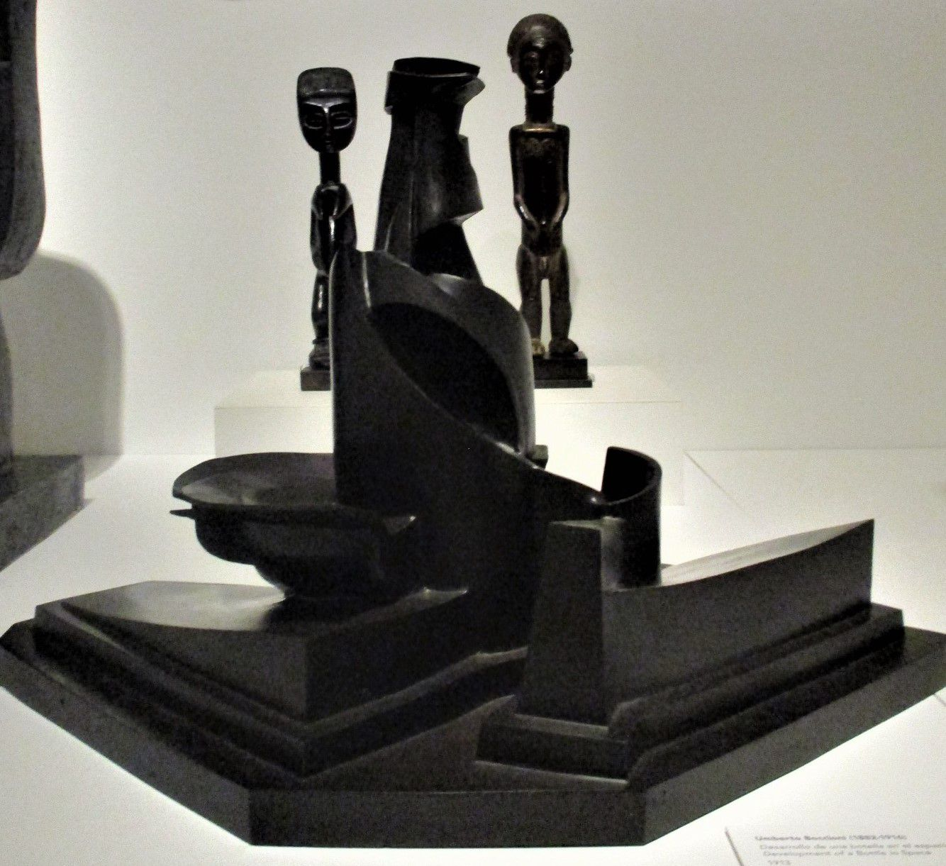 Développement d'une bouteille dans l'espace - Umberto Boccioni, 1913 (derrière, statuettes ghanéennes, début XXe s.)