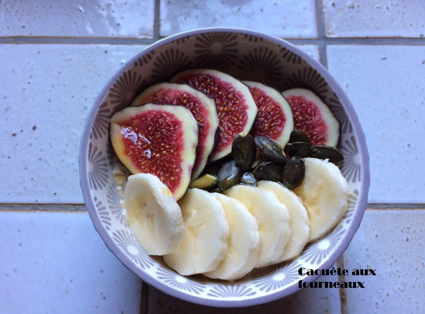 Healthy breakfast : flocons d'avoine, figue, banane, graines de courge