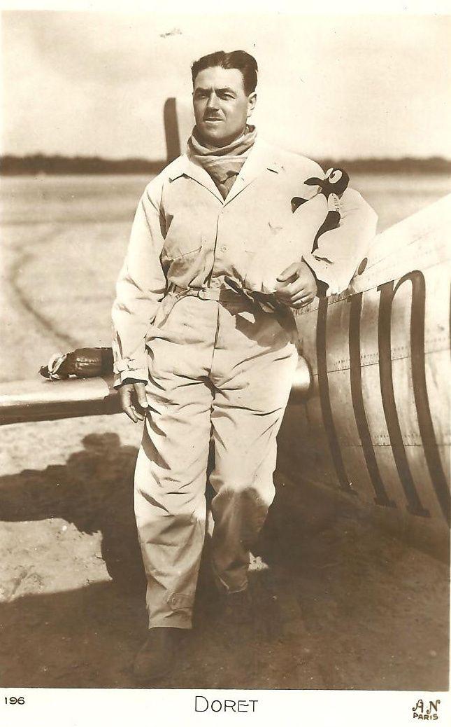 Carte postale neuve Marcel Doret en tenue de pilote d'essai avec au bras son pingouin (sa mascotte préférée) devant un Dewoitine éditions A.N., Paris.