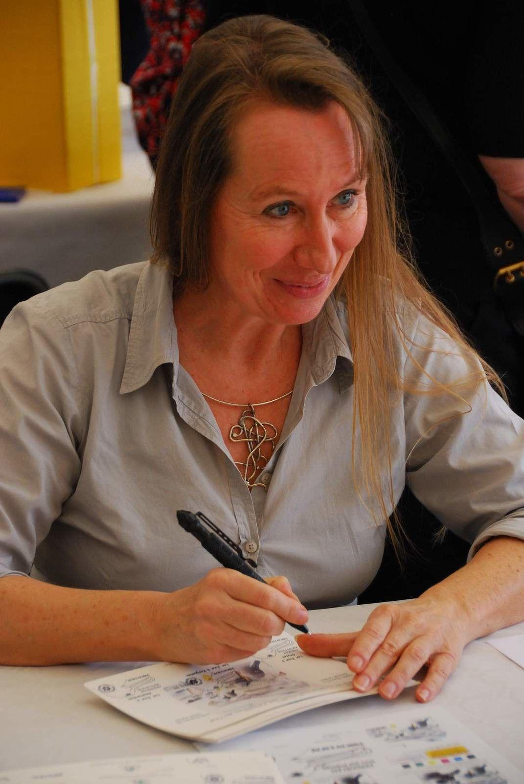 Nadia Charles décdicaçant son oeuvre le 21 mai à Nanterre.