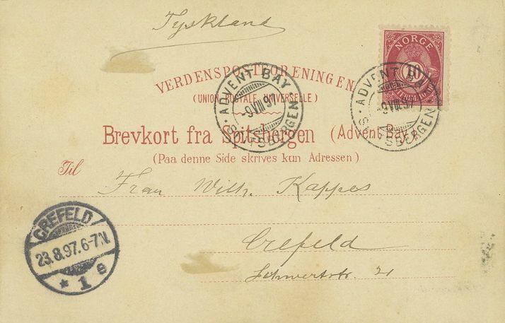 Carte postale du 9 août 1897 pour Krefeld en Allemagne. Le tarif (période 1892-1907) est de 10 öre pour la carte. Elle représente l'hôtel dans le fjord d'Advent Bay. L'affranchissement est constitué d'un timbre type cor de poste norvégien. Une vignette au type « ours » est annulée du cachet de 1896.
