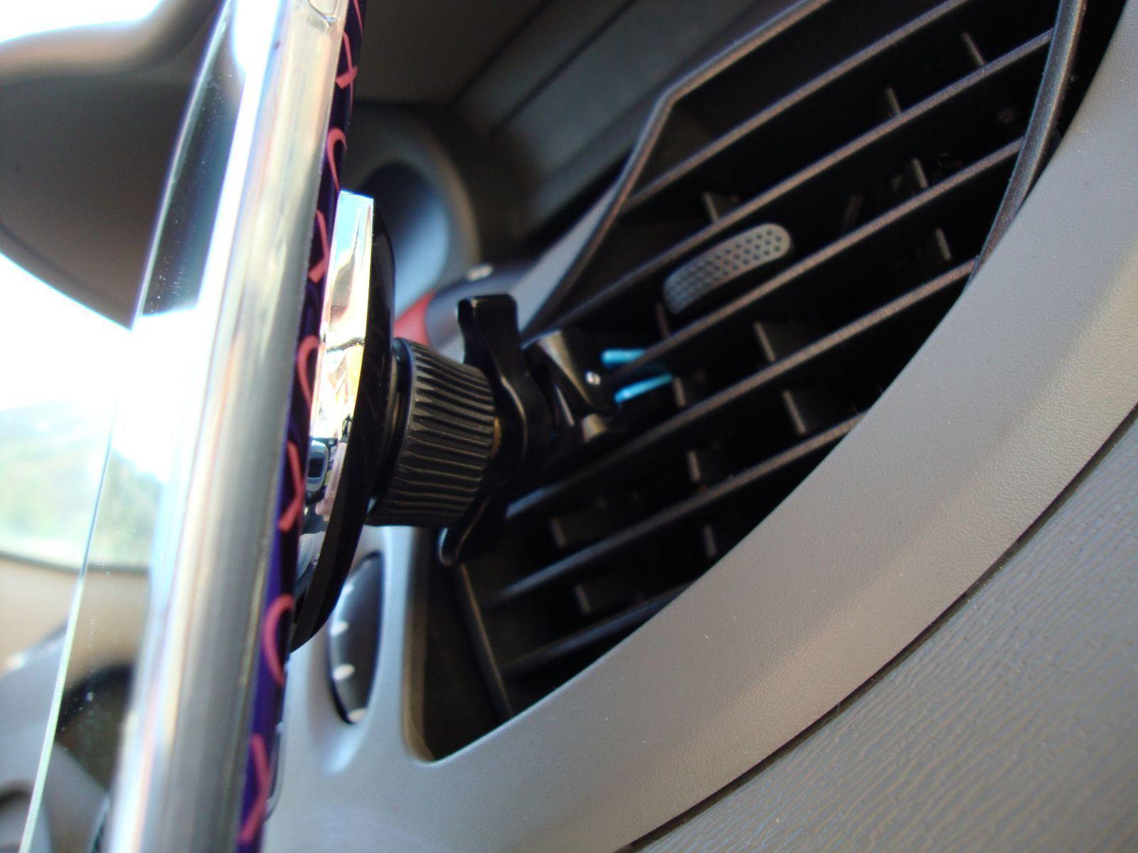 Le support de voiture magnétique Brainwizz, la pince bloquée et le support est opérationnel ...
