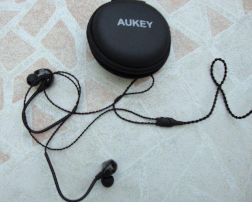 Casque AUKEY, une belle finition... Il manque un peu de basse, mais le son est exempt de souffle grâce à la technologie double bobine maitrisée...