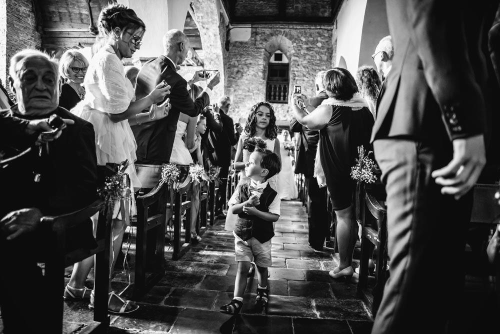 Les enfants d'honneur entre dans l'église pour la cérémonie religieuse du mariage.