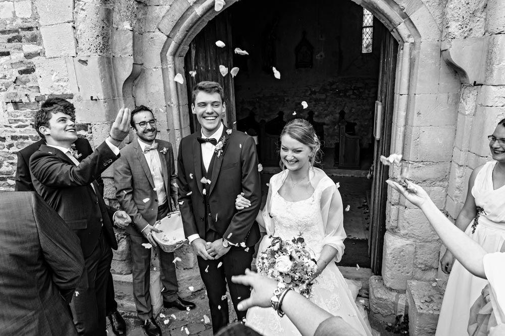 Le sourire des mariés à la sortie de l'église après s'être dit oui lors de la cérémonie religieuse.