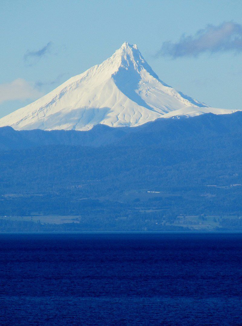 volcan Puntiagudo, lac Llanquihue - Chili-  Par Rodrigo Fernández — Travail personnel, CC BY-SA 4.0, https://commons.wikimedia.org/w/index.php?curid=61438036