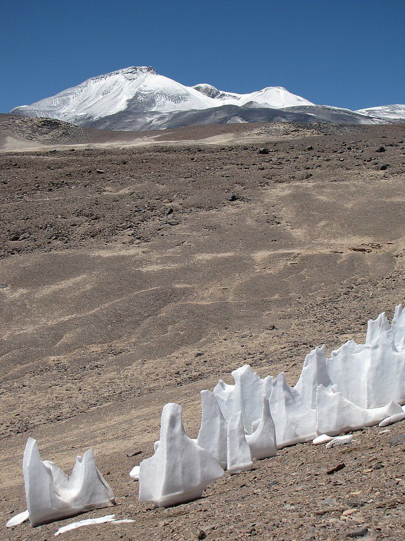 Par sergejf — Penitentes with the Ojos del Salado volcano in the background, CC BY-SA 2.0, https://commons.wikimedia.org/w/index.php?curid=61945283