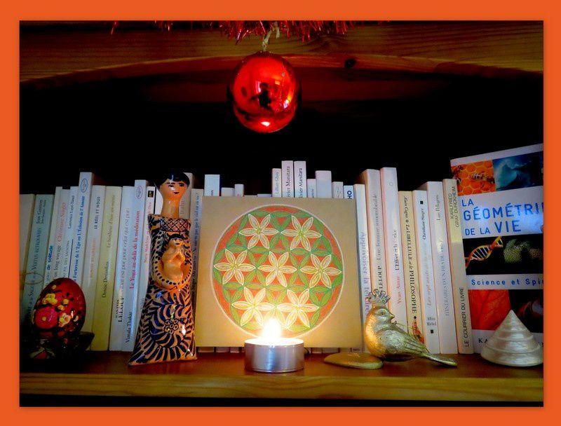 """Petit décor de Noël sur l'étagère... A la """"Fleur de Vie""""... pour que celle-ci s'épanouisse et se déploie en chacun avec de beaux projets, de belles idées créatives et beaucoup d'amour autour de soi..."""