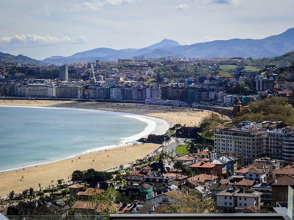 la plage de San Sebastian. Longue à traverser....entre les nombreux surfeurs