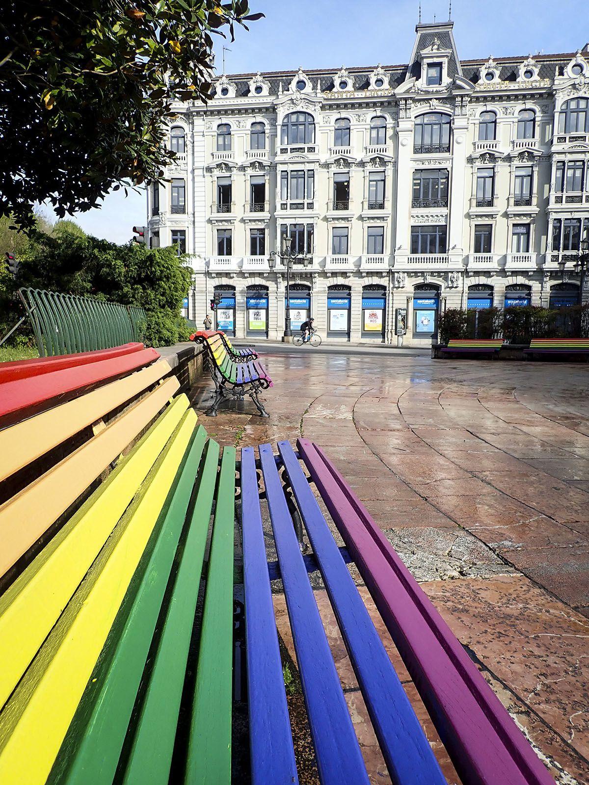 Une ville d'art aussi, Oviedo. Quelques personnages croisés dans les rues et parcs (Mafalda, Woody Alen) et des couleurs