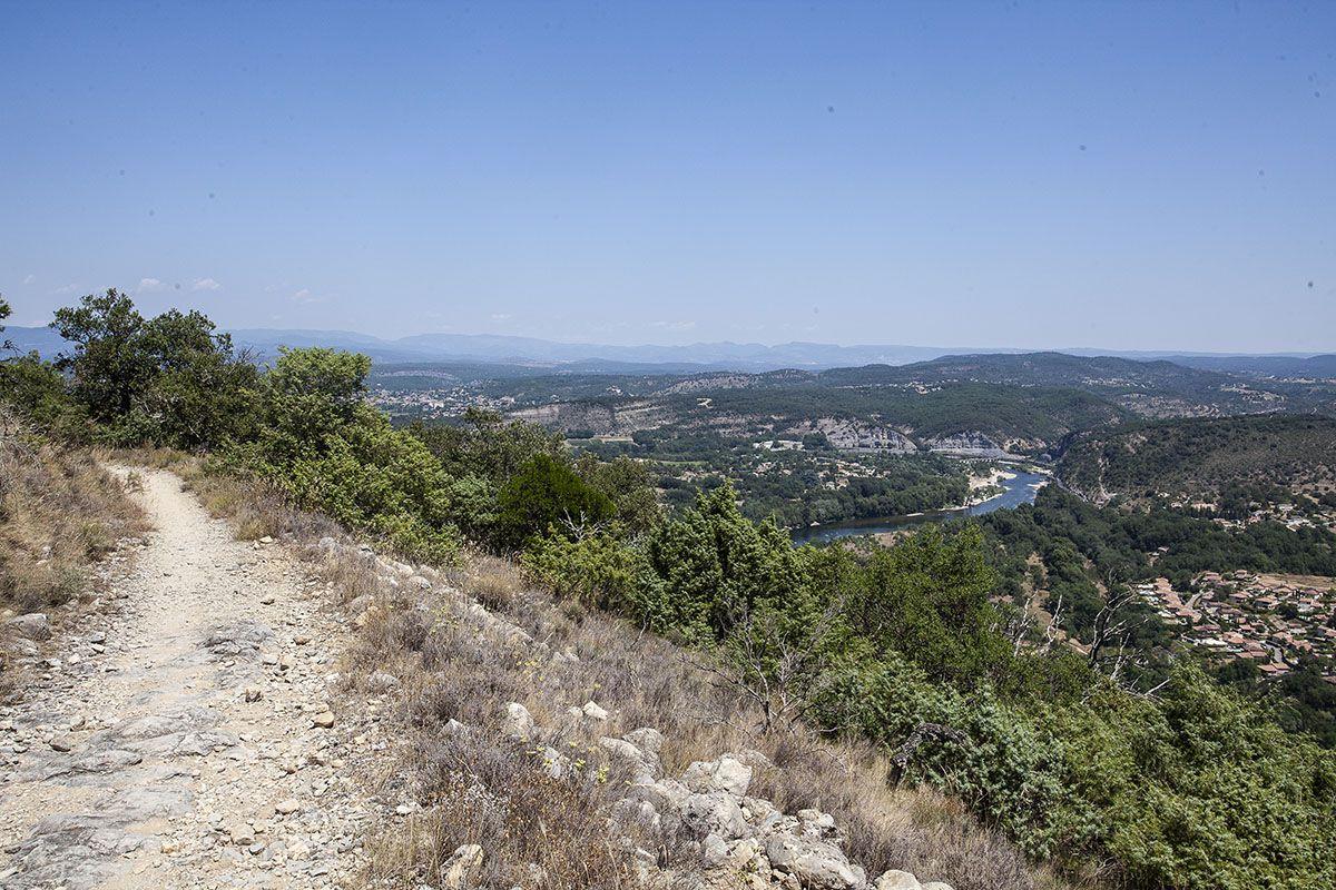 Point final devant les gorges de l'Ardèche à 15 mn de voiture de chez moi. Très très grosse chaleur et descente interminable. Mon pote Thierry est venu à me chercher.