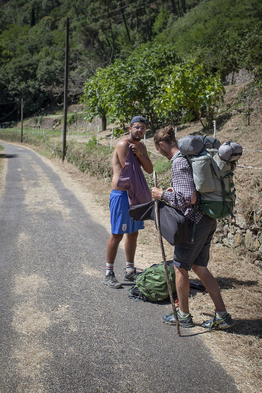 Magie de l'itinérance. Je retrouve Greg et Tanguy avant d'arriver à St Jean du Gard. Nous avions passé une belle soirée au début du parcours à l'Herm sans nous revoir après. Ils s'arrêtaient à St Jean. Tanguy veux partir sur le Camino del Norte, chemin de Compostelle, dont je lui avait parlé longuement.