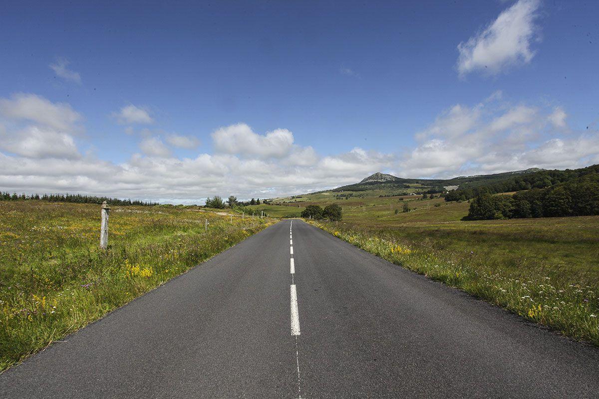 Départ au pied du Montfol et du Gerbier de Jonc à Ste Eulalie (07). Ici sur la route allant au Béage.