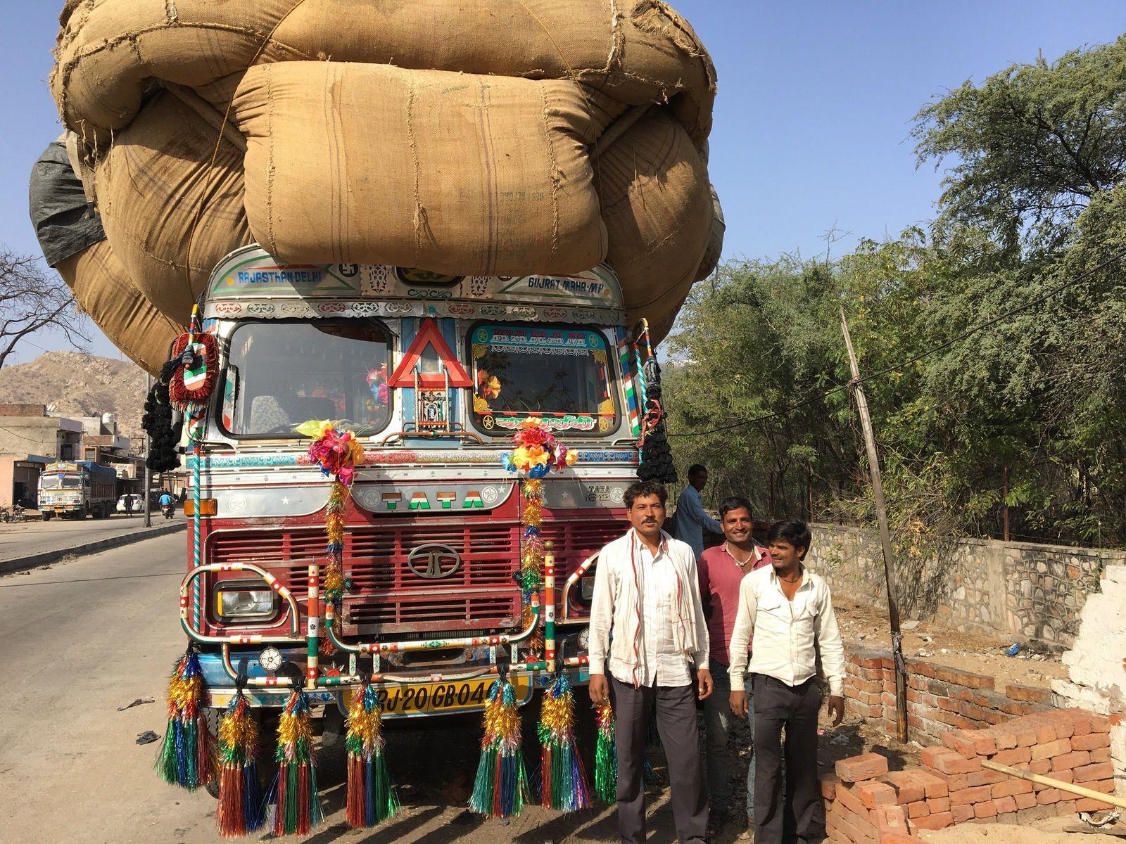 Le transport de marchandises est un art en Inde. Ce camion en est le parfait exemple. Et encore, il était en train de charger une nouvelle cargaison !