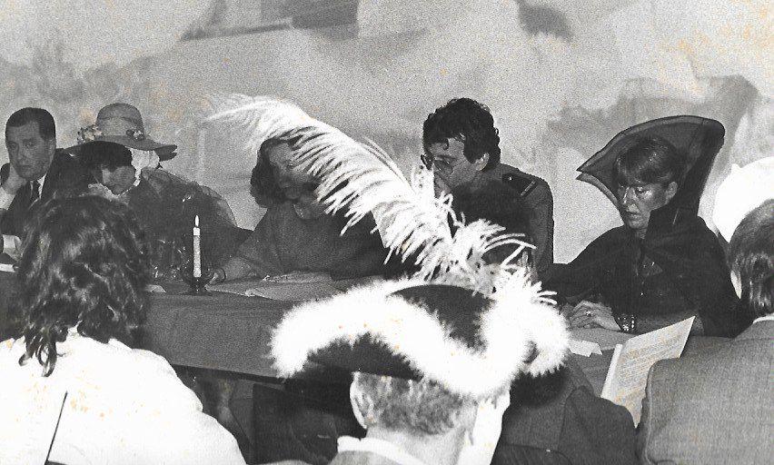 Assemblée Générale de la MJC costumée, juste avant une expédition au Carnaval de Venise ! Comment allier l'utile à l'agréable ! A droite, dans sa magnifique corolle la Présidente Liliane Marco à mes côtés, campé en colonel de l'animation !