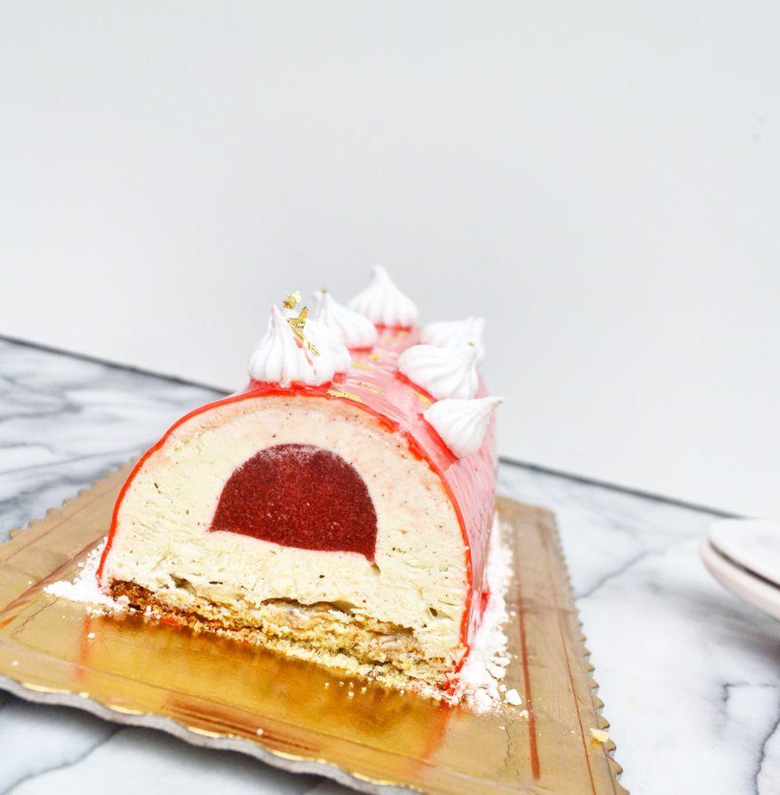 Bûche mousse vanille insert fraise glaçage miroir rouge