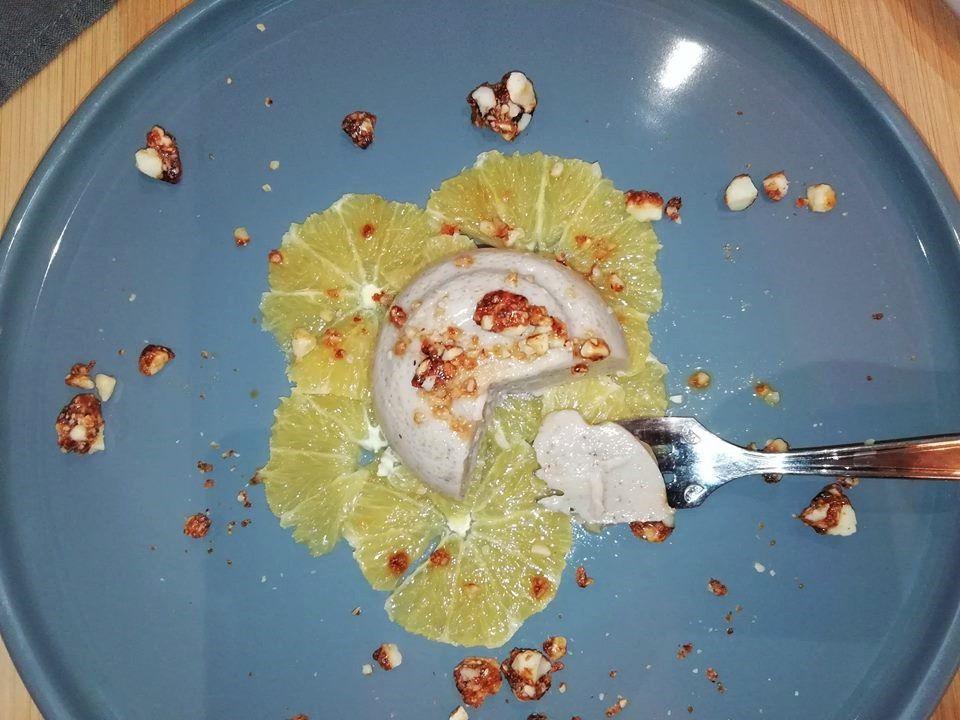 Votre dessert pour les fêtes : panna cotta végétale à l'amande sur carpaccio d'orange, pralin croquant (vegan)