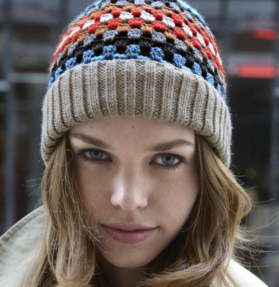 Bonnet aux rangs colorés avec sa bordure en tricot , en suivant ses explications gratuites !