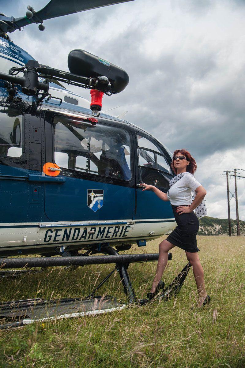 Lescarpinette en bas nylon et talons hauts devant l'hélicoptère de la gendarmerie