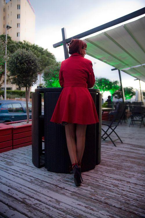 Bas couture et manteau rouge