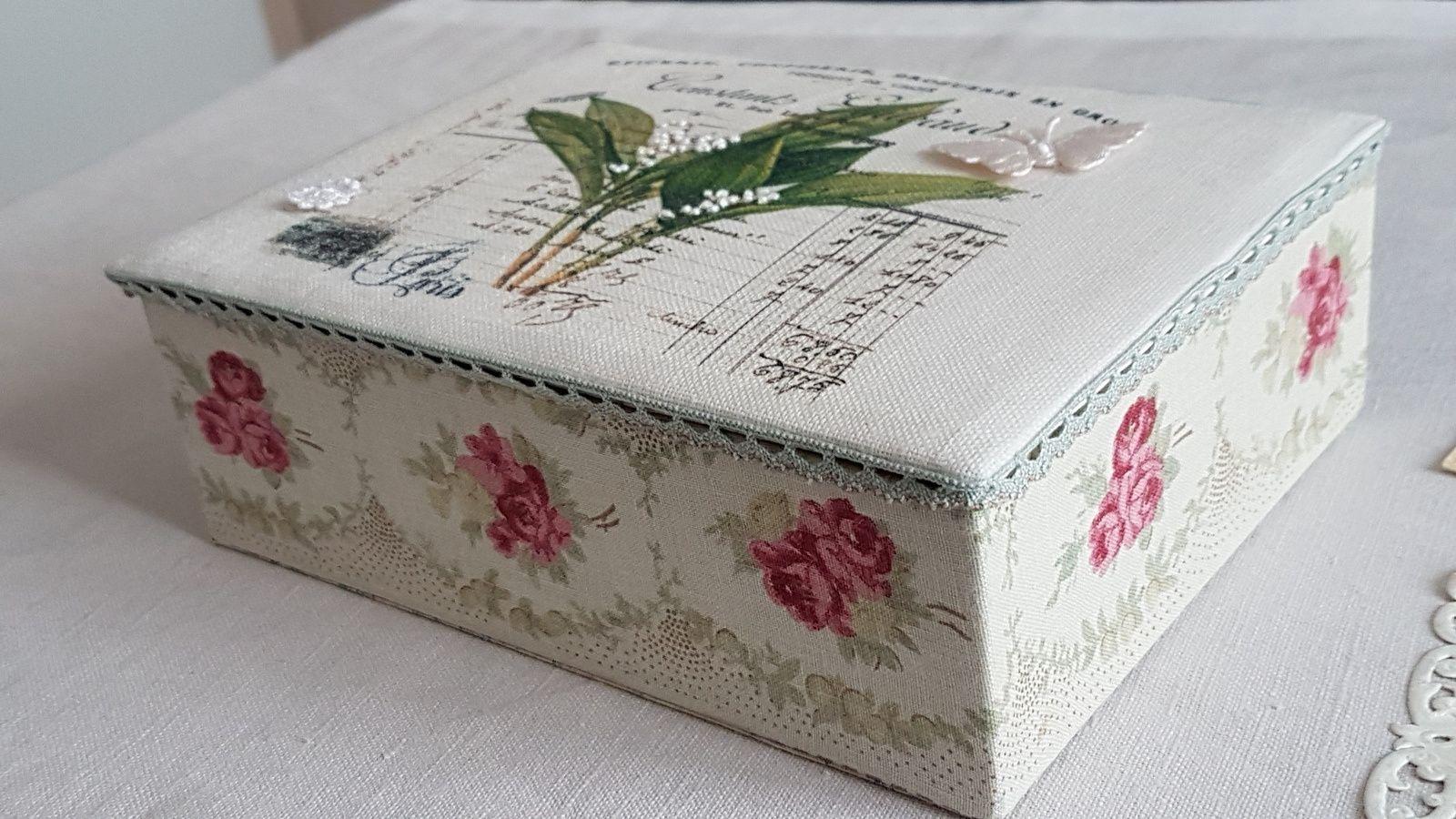 intérieur et extérieur du tissu  , couvercle du lin imprimé    en brodant les clochettes au point de noeud