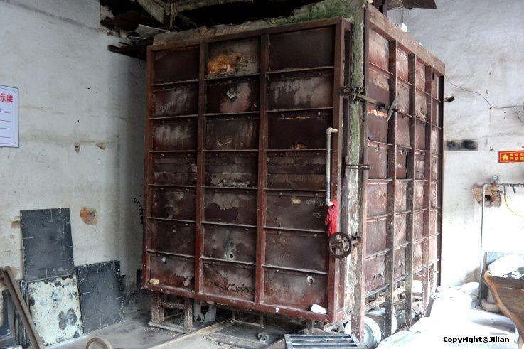 Four communautaire, au gaz. Les fours à bois sont interdits en ville pour des raisons de sécurité. On paie son utilisation à la pièce.
