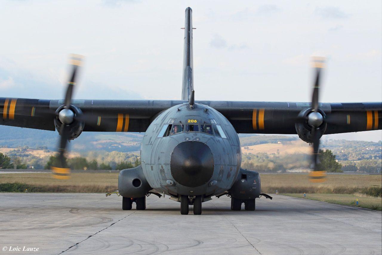 En attendant la pleine entrée en service opérationnel de l'A400M dans les forces, le C-160 reste le fer de lance des missions de parachutages - Photo © Loïc Lauze.