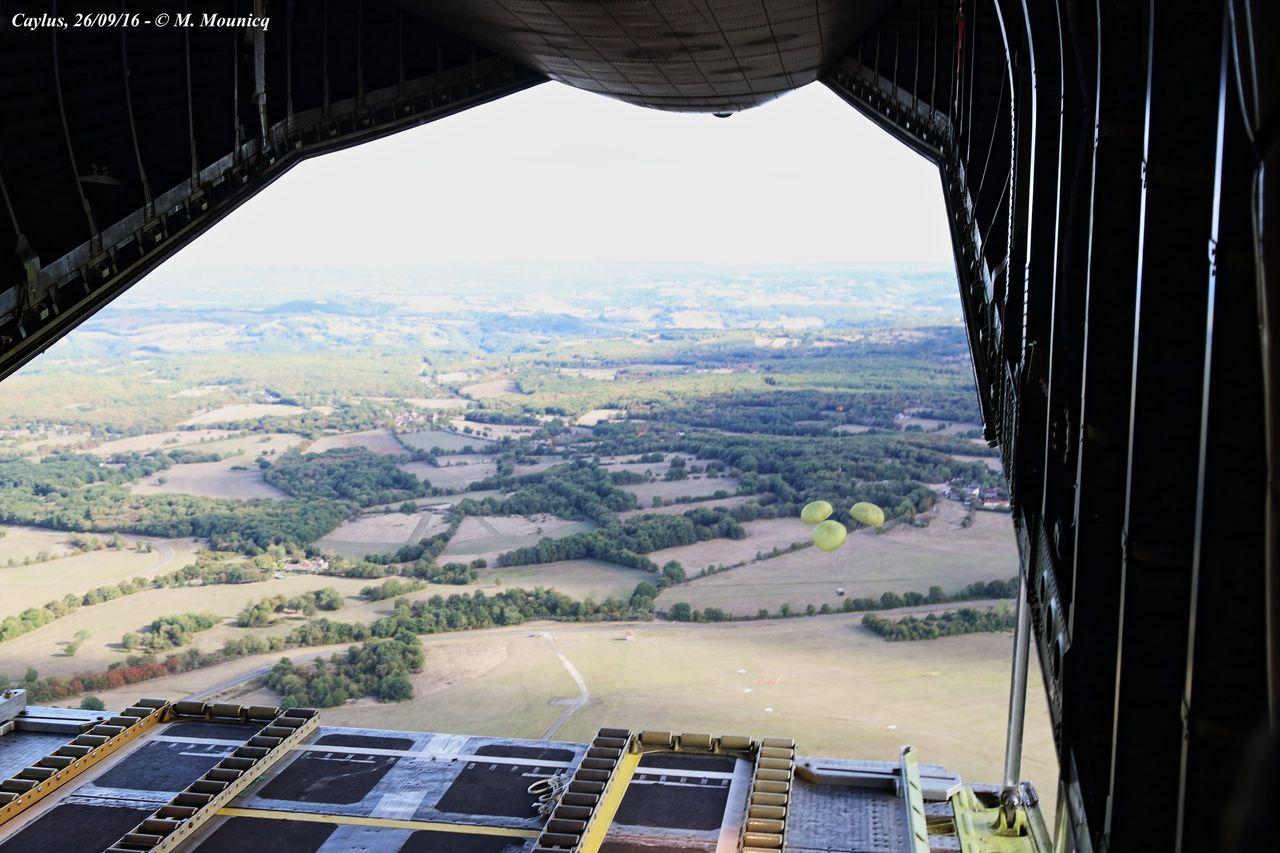 Vue sur les plaines de l'Occitanie depuis la soute d'un C-160 Transall.