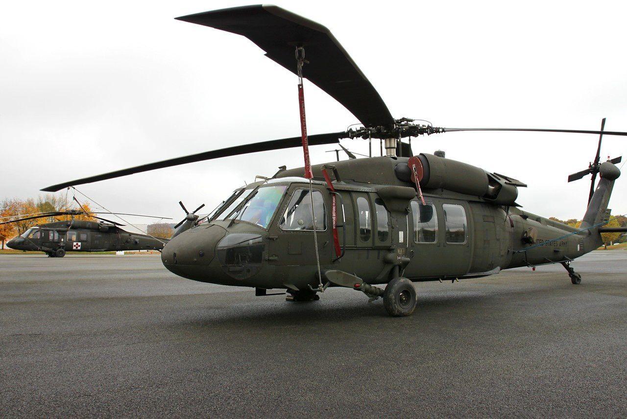 Deux UH-60A du 1-214th AVN sur la place d'armes du 1er RA.