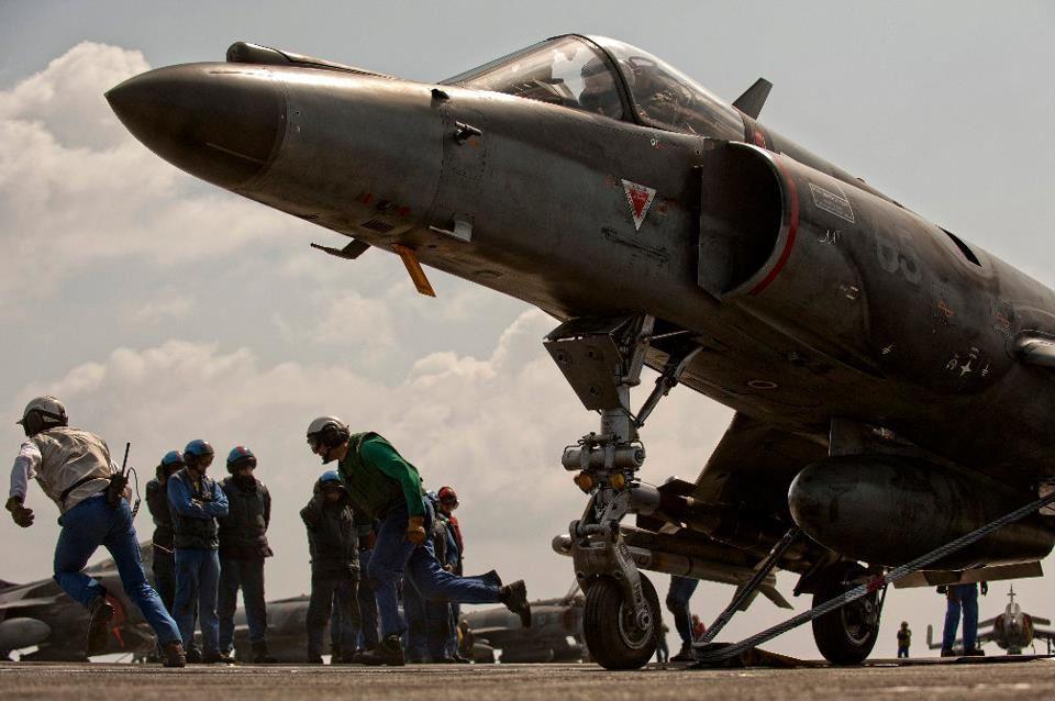 © Marine Nationale - Quelques instants avec son catapultage, ce SEM s'apprête à effectuer une nouvelle mission au-dessus de la Libye, en 2011.