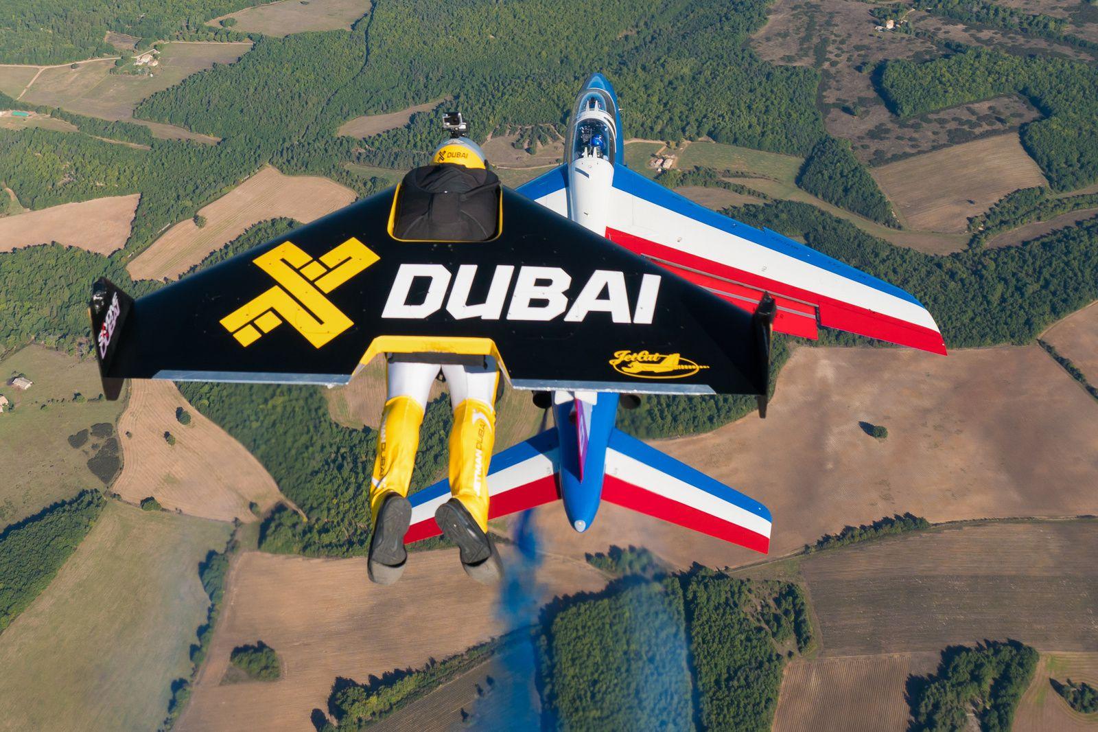 PHOTO - VIDEO : La Patrouille de France vole en formation avec les Jetmen