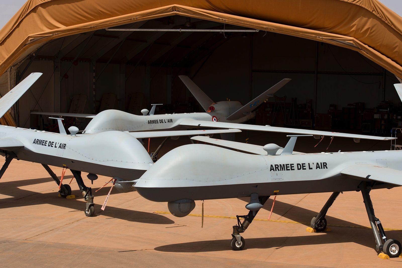 © Armée de l'Air - Les trois premiers Reaper de l'Armée de l'Air française, devant leur abri de Niamey.