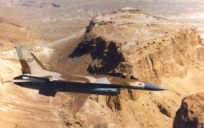 © IAF - Un F-16A survole les ruines de la célèbre forteresse antique de Masada, en territoire de Judée.