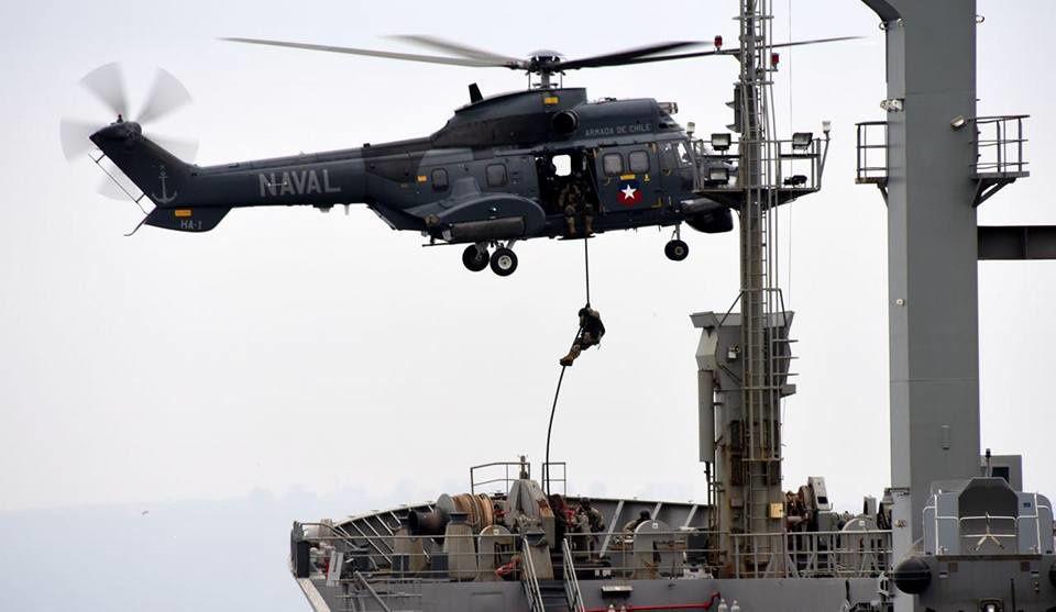 © Armada de Chile - Descente sur corde lisse depuis un H215M de commandos chiliens lors d'un exercice.