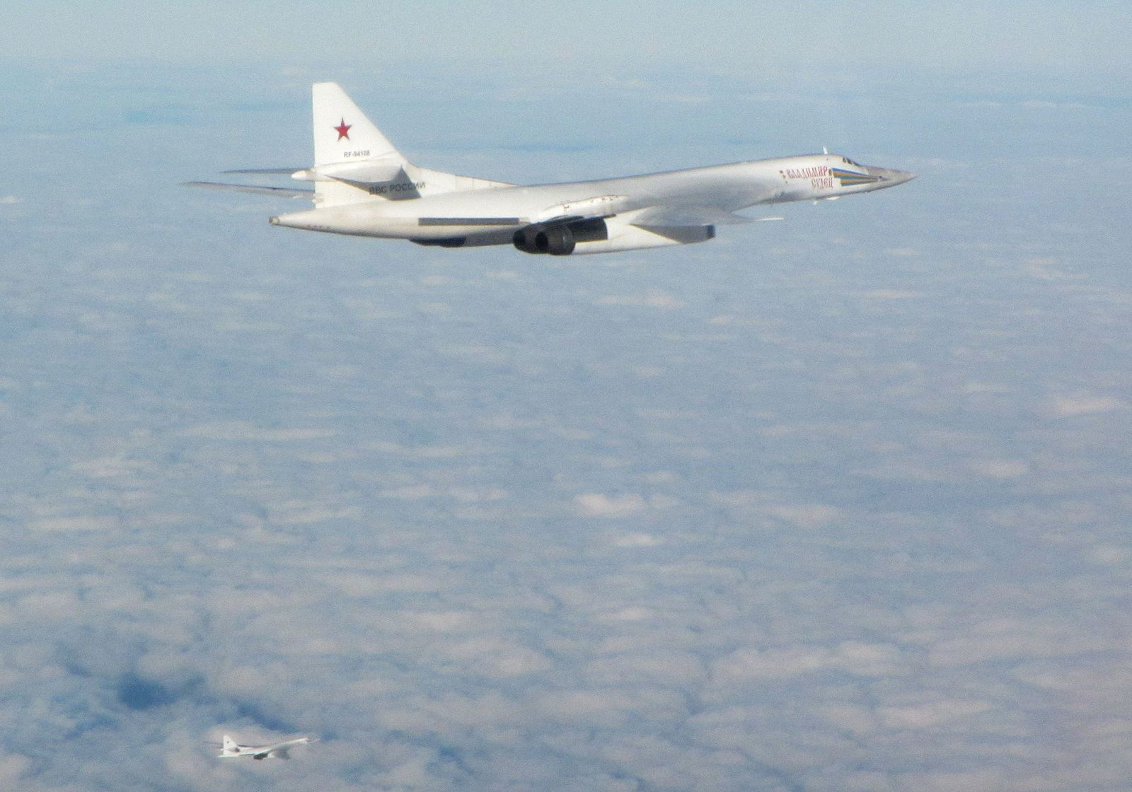 © UK MoD - Interceptés par les Typhoon britanniques, les deux Tupolev évoluent ici au large des côtes anglaises.