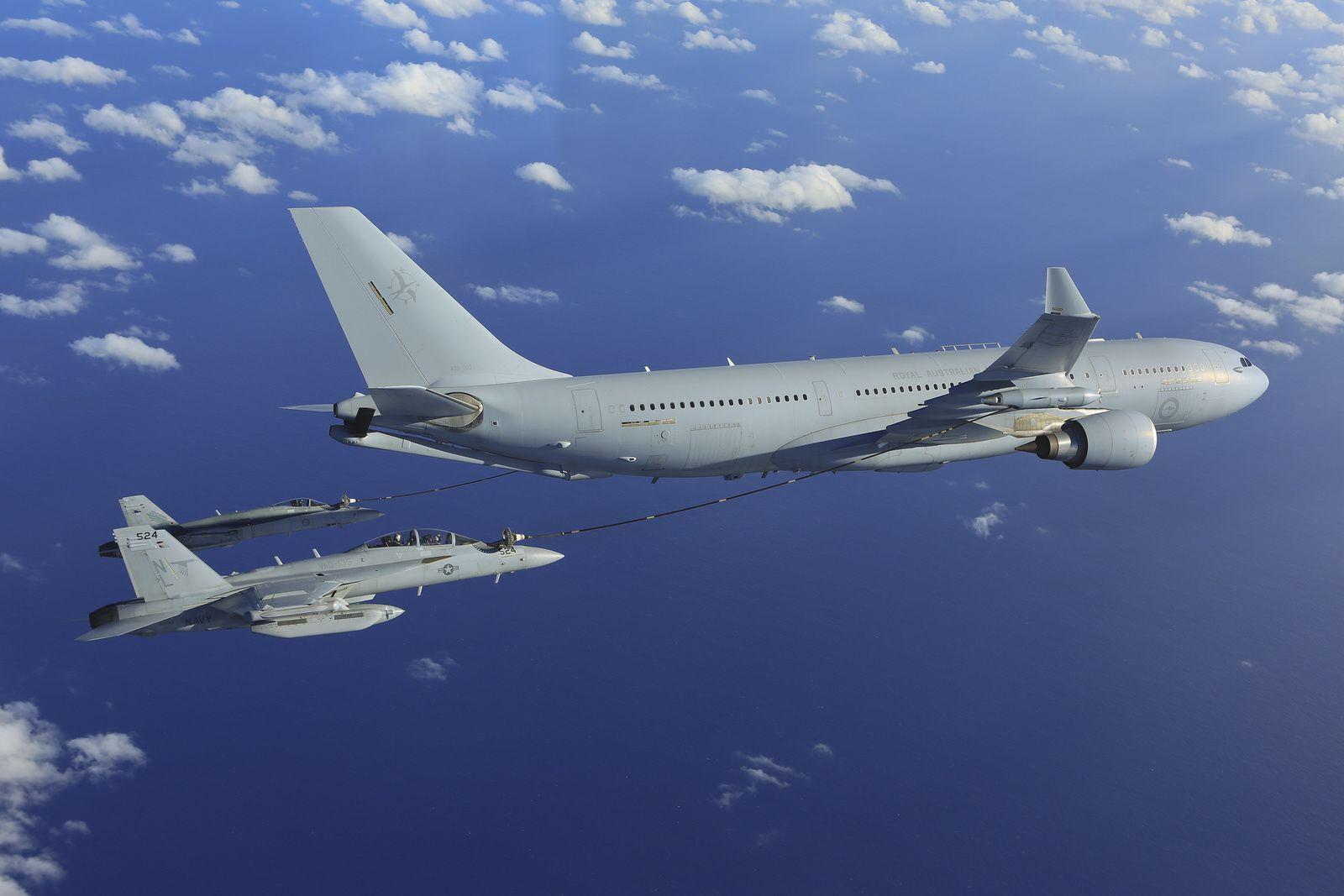 © RAAF - Un F/A-18 Hornet et un EA-18G Growler se ravitaillent auprès d'un KC-30A MRTT de la Royal Australian Air Force.